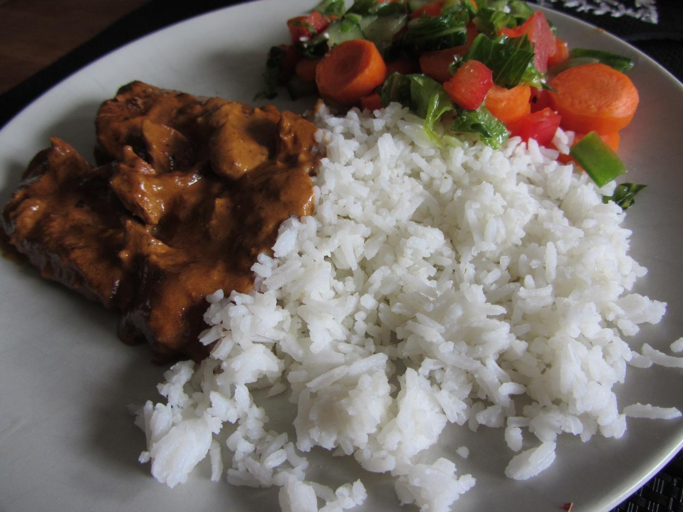 Kyckling i god sås med ris och grönsaker