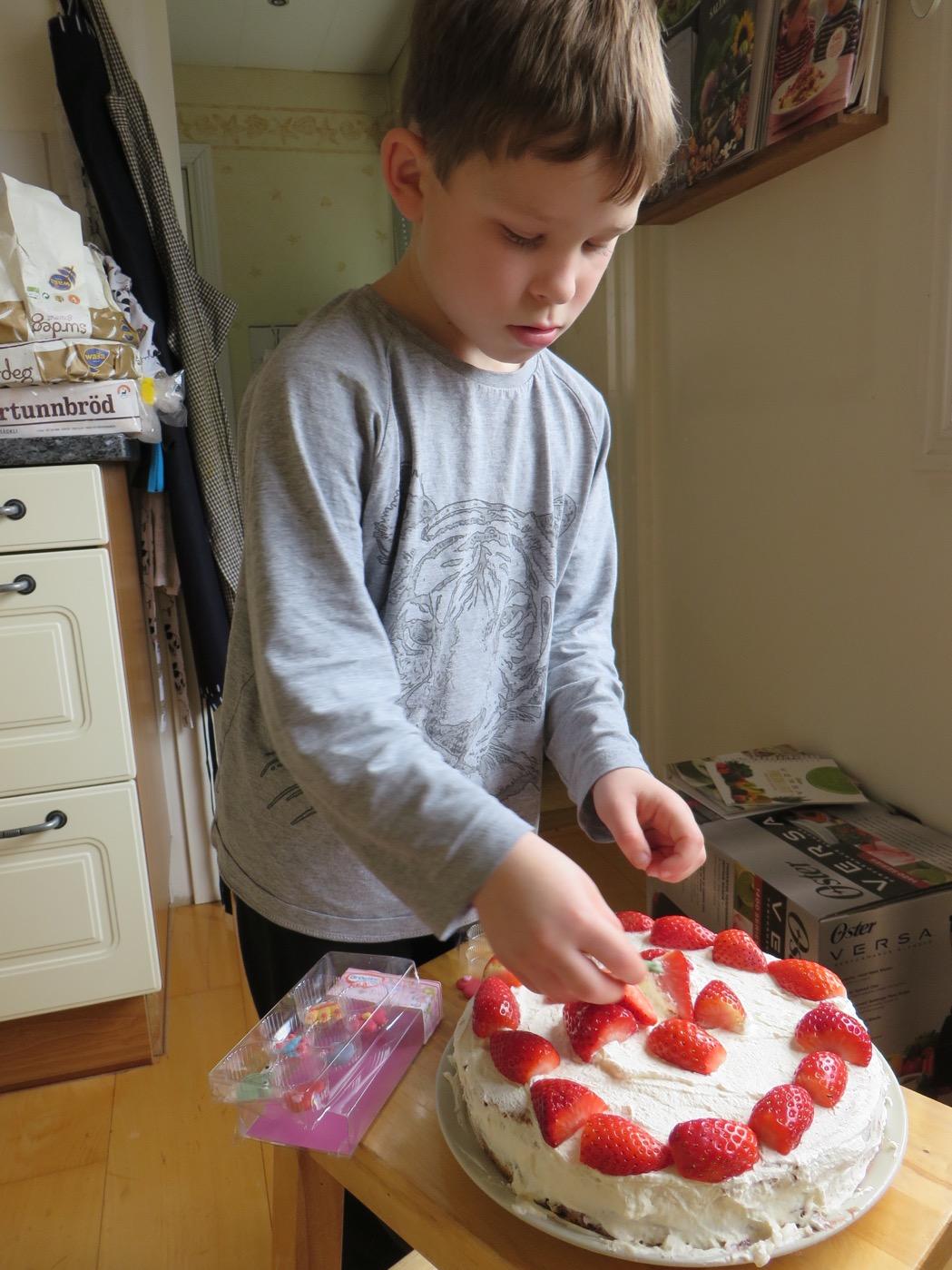 Gustaf dekorerar sin tårta