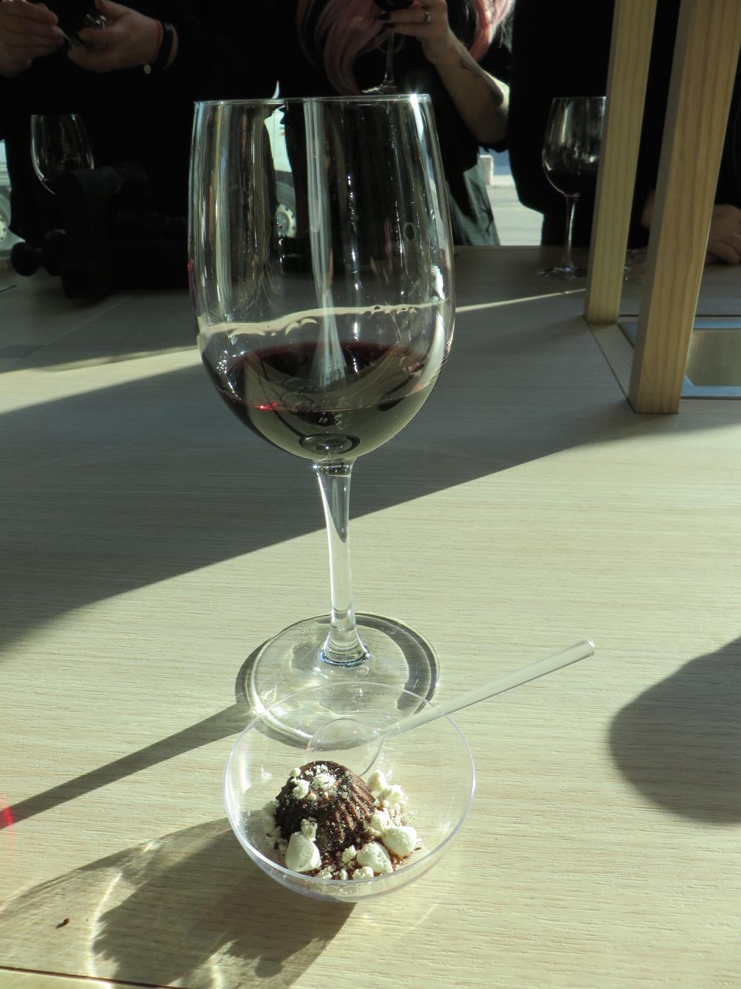 Lakritsdessert serverat tillsammans med ett riktigt gott dessertvin