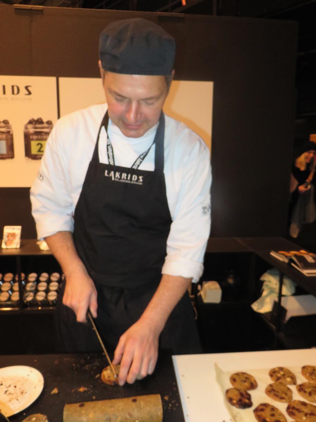 Tage från Lakrids by Johan Bülow skär upp nybakta kakor
