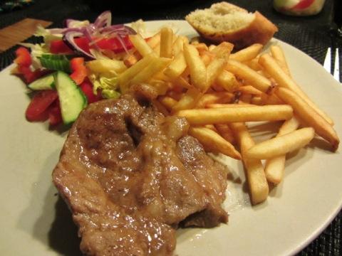 Fläskkarré, pommes, sallad, såser och vitlöksbröd - MUMS!!!!