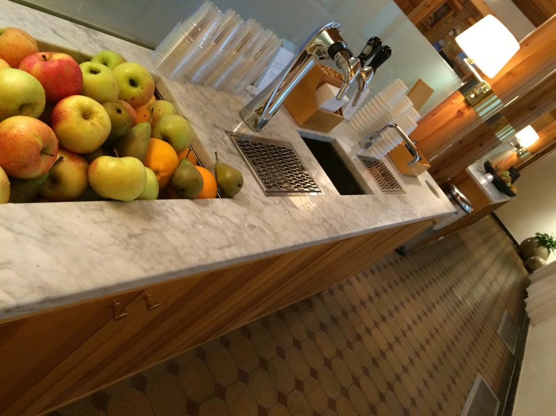 Spa-lounge med frukt, te och vatten