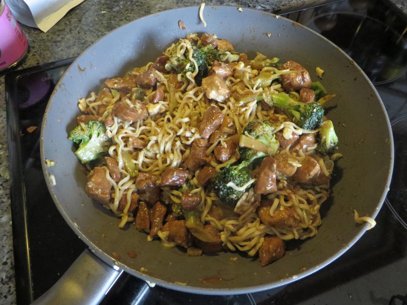 Tillsätt nudlar, ägg och broccoli