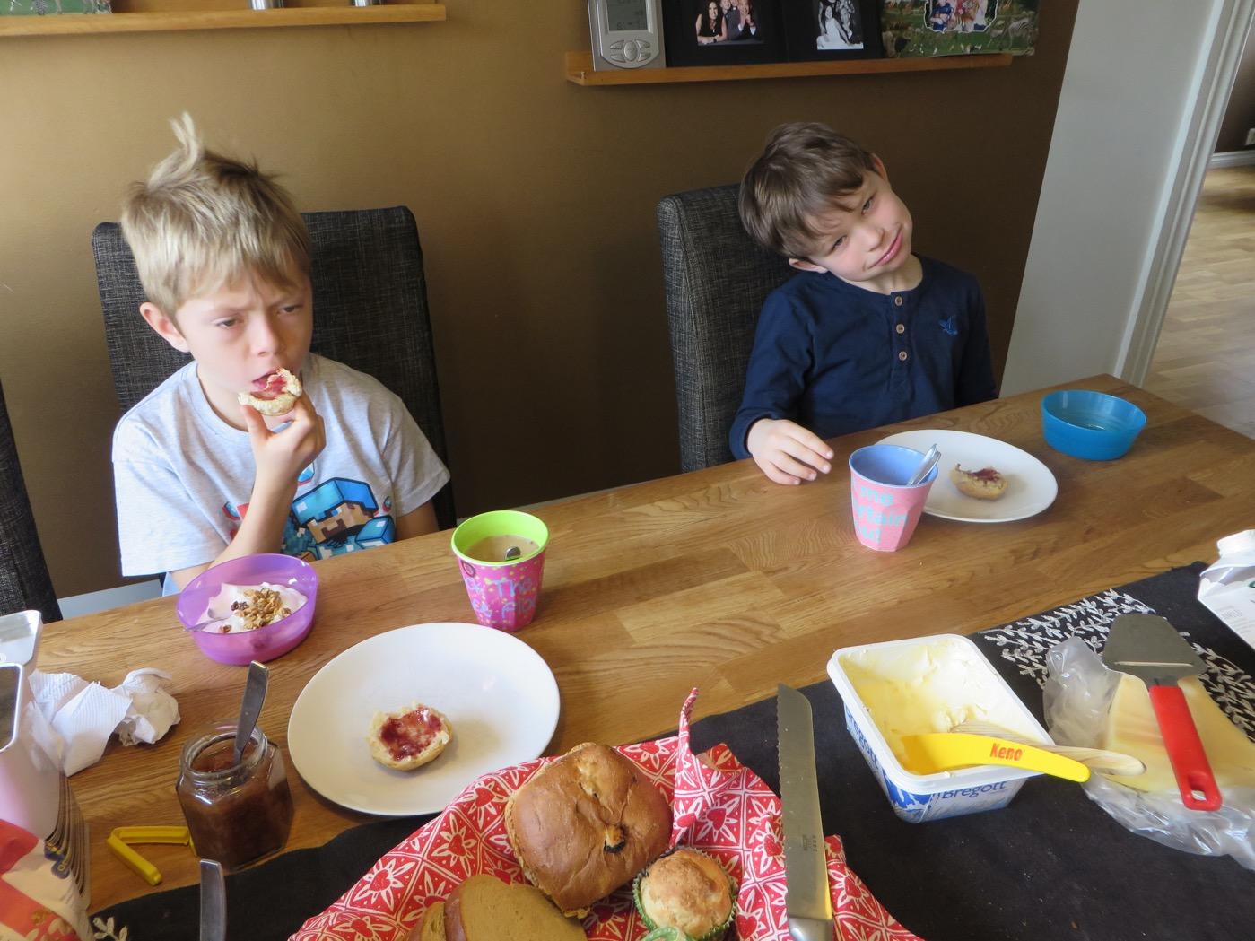 Axel och Gustaf njuter av frukosten!