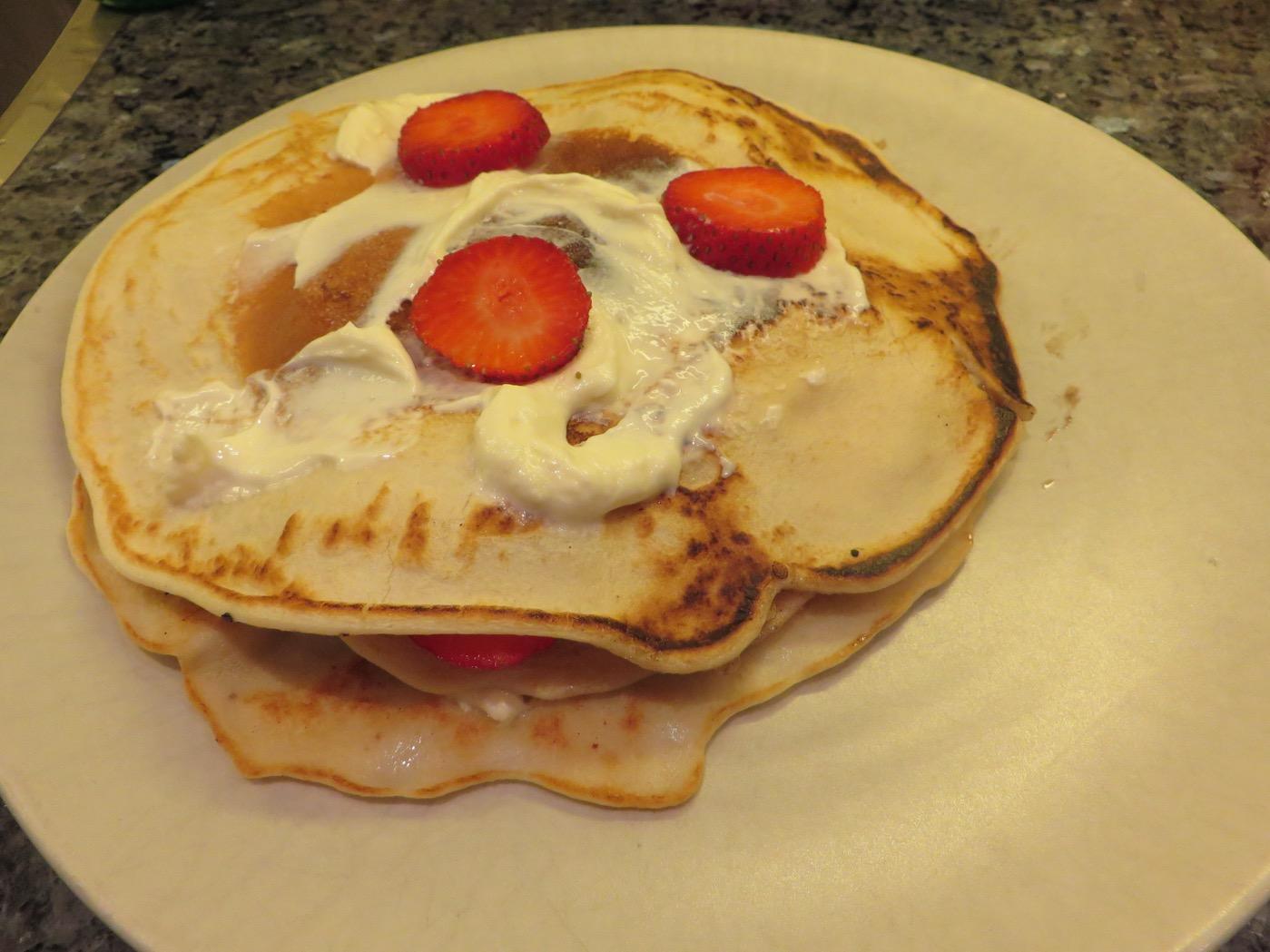 Pannkakstårta med proteinpannkakor, kvarg och jordgubbar