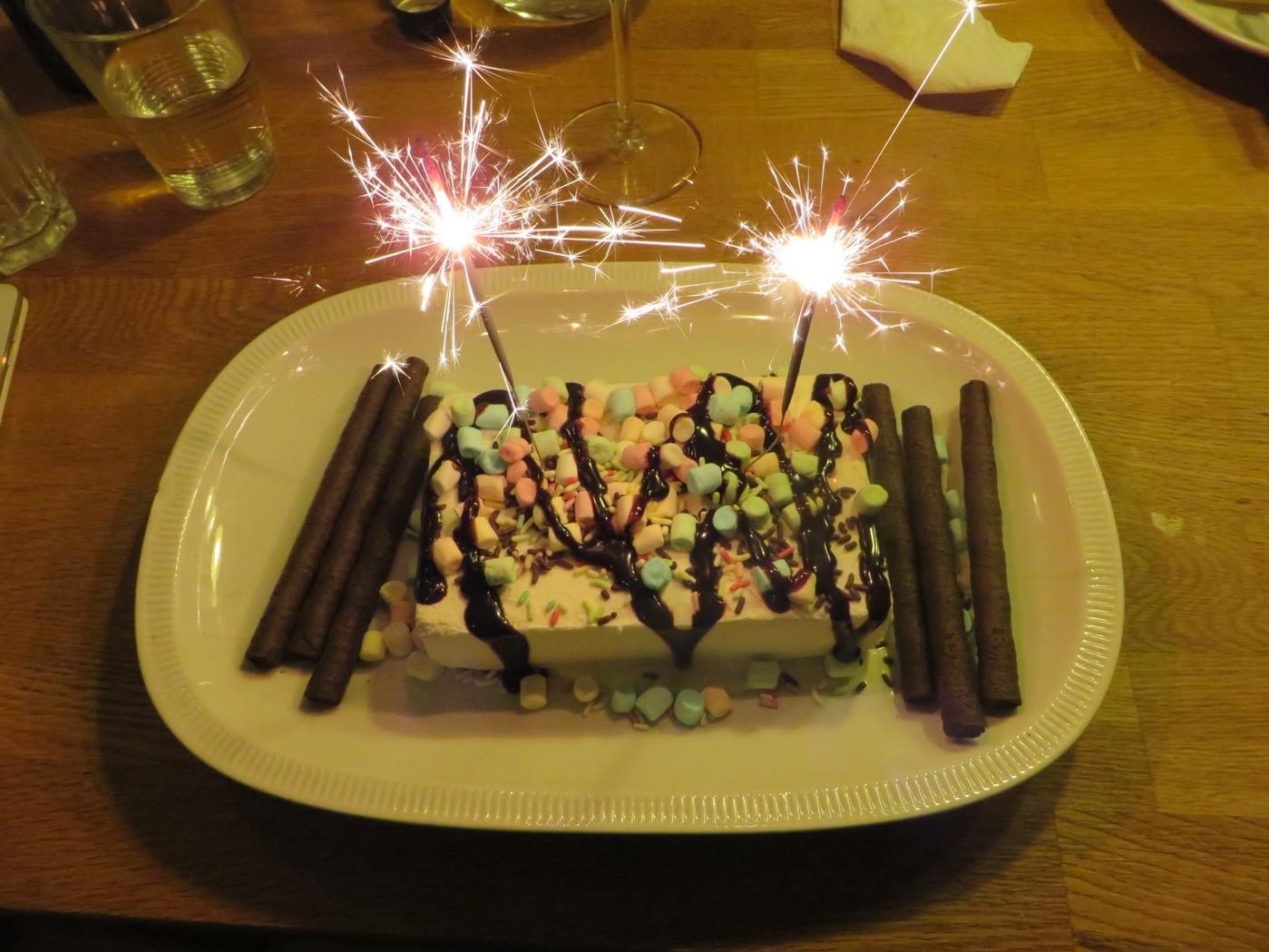 Pimpad glass blir en enkel men festlig, uppskattad och god efterrätt!