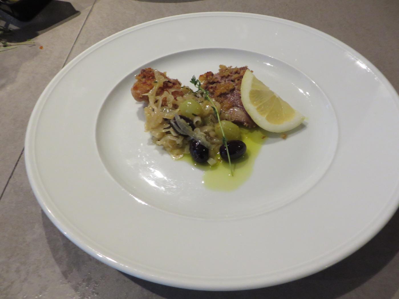 Senapspanerade lammkotletter med varm druv- och olivsallad.
