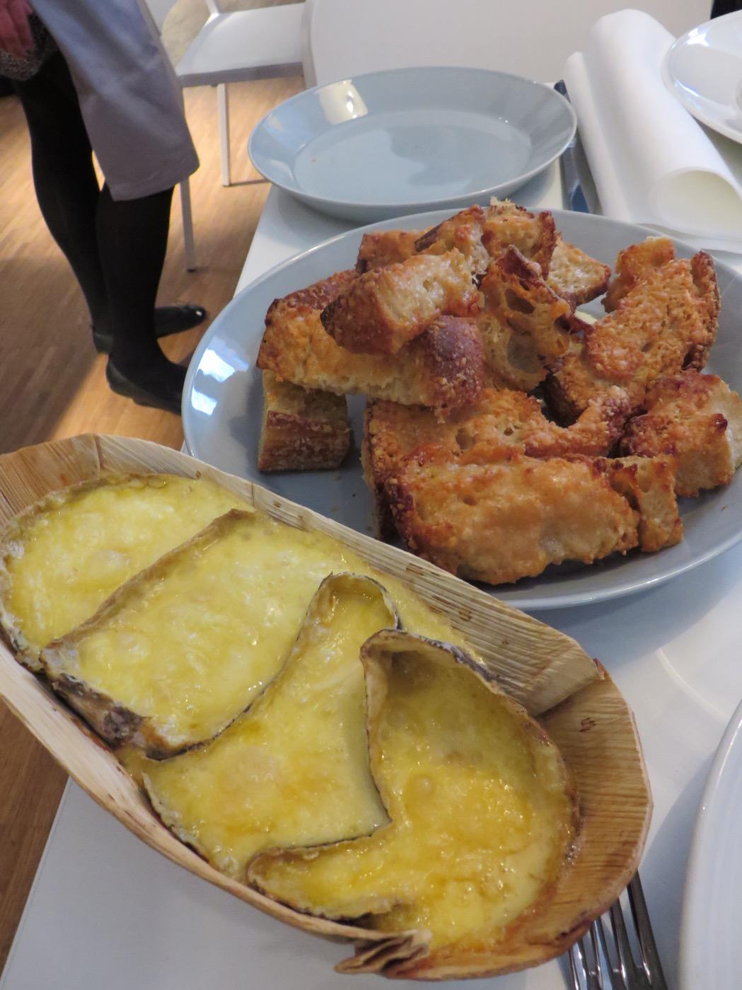 Parmesanpanerat surdegsbröd med snabb ostfondue.