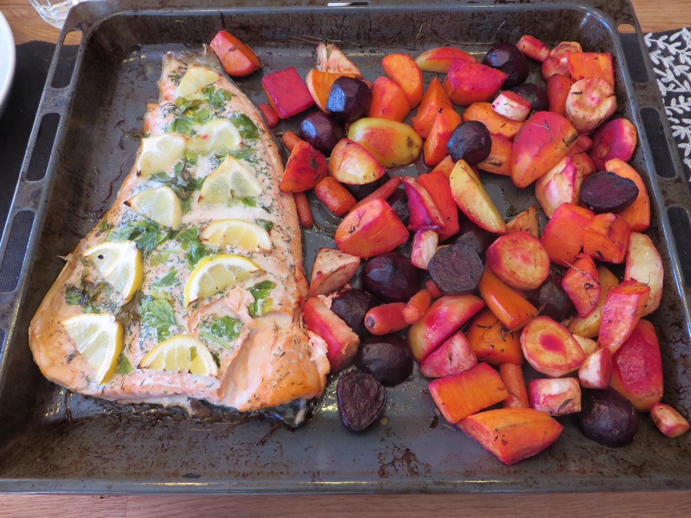 Lax och ugnsbakade grönsaker - Bekvämt med allt på en och samma plåt.