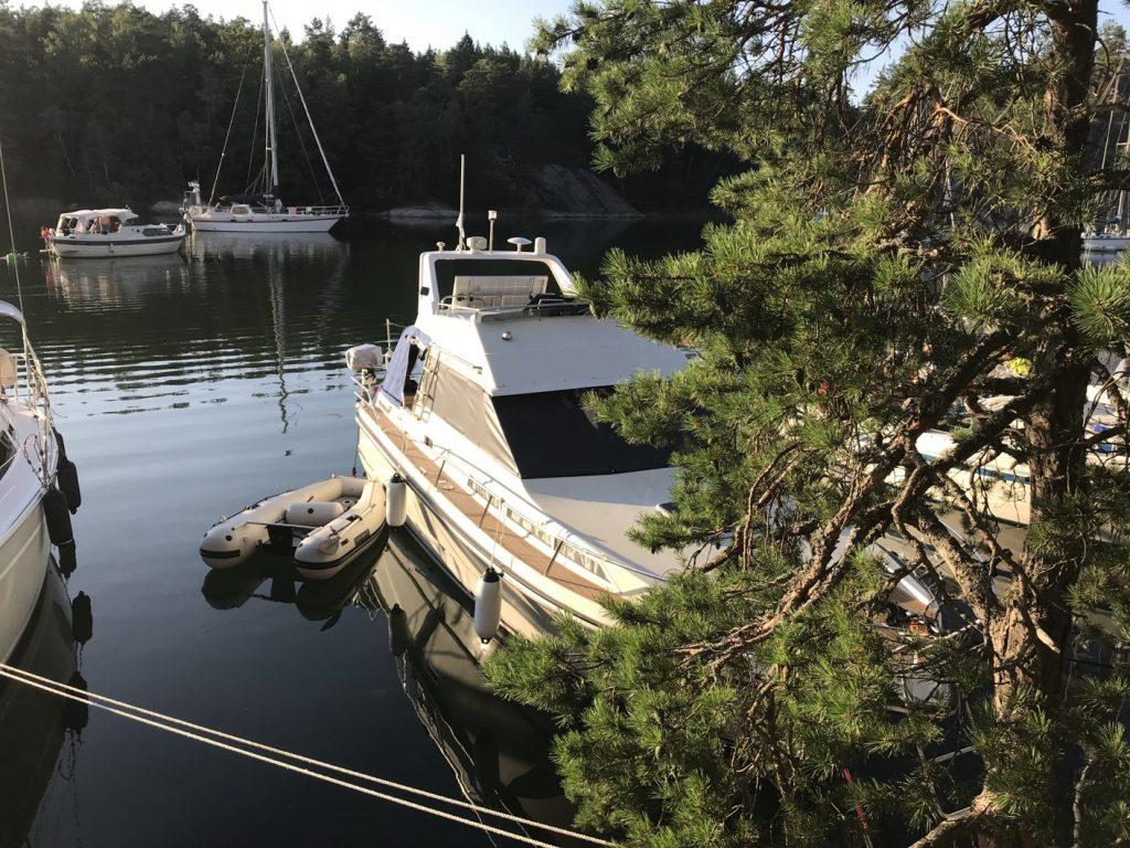 Napoleonviken är en av skärgårdens största och mest populära naturhamnar
