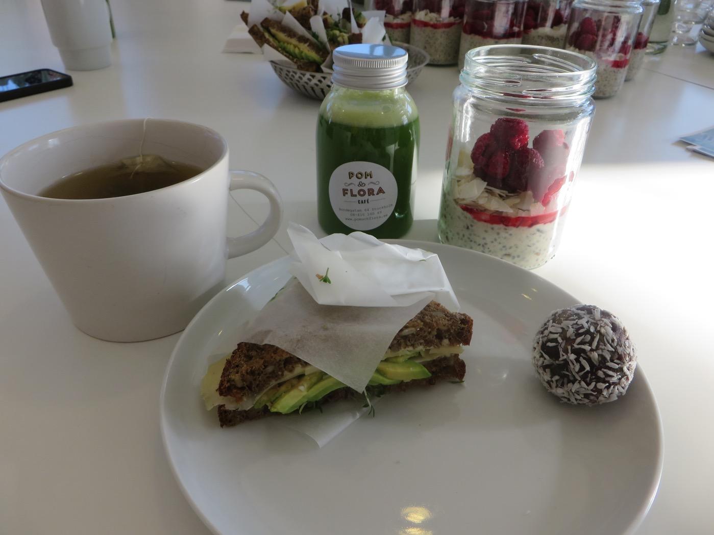 Te, grön juice, overnight oats, avokadomacka och en hälsoboll. Världens godaste  och fräschaste frukost!