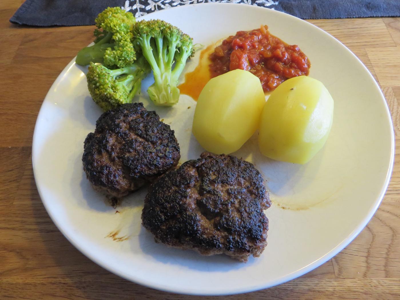 Köttfärsbiffar med potatis, tomatsås och broccoli - en vardagsfavorit!