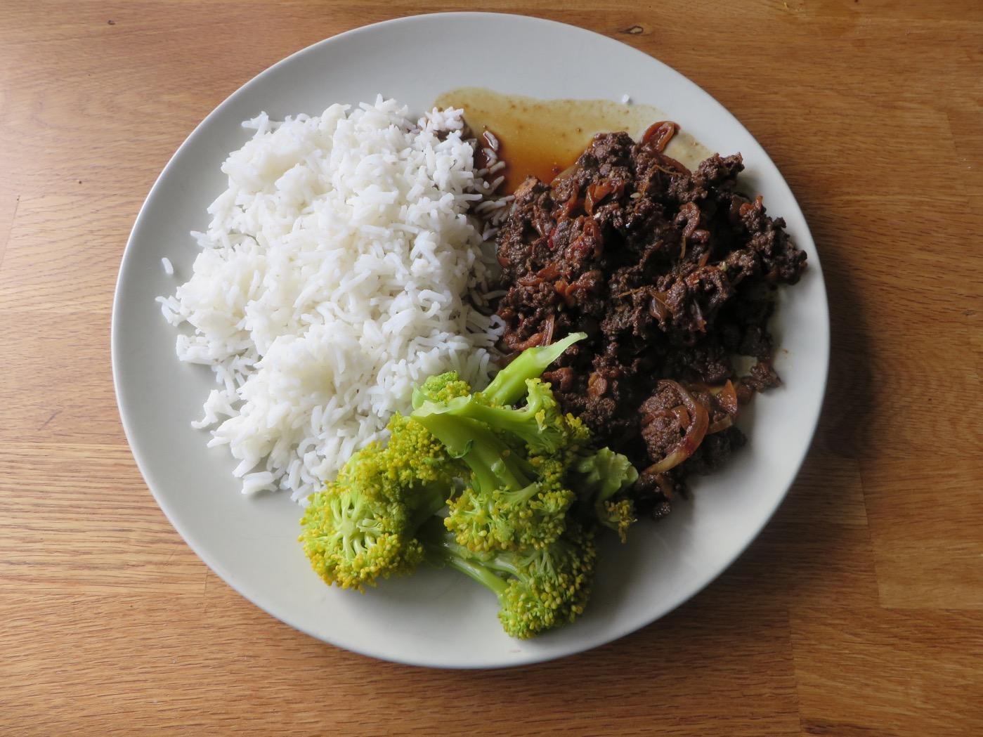 Hemgjord yakiniku, ris och grönsaker.