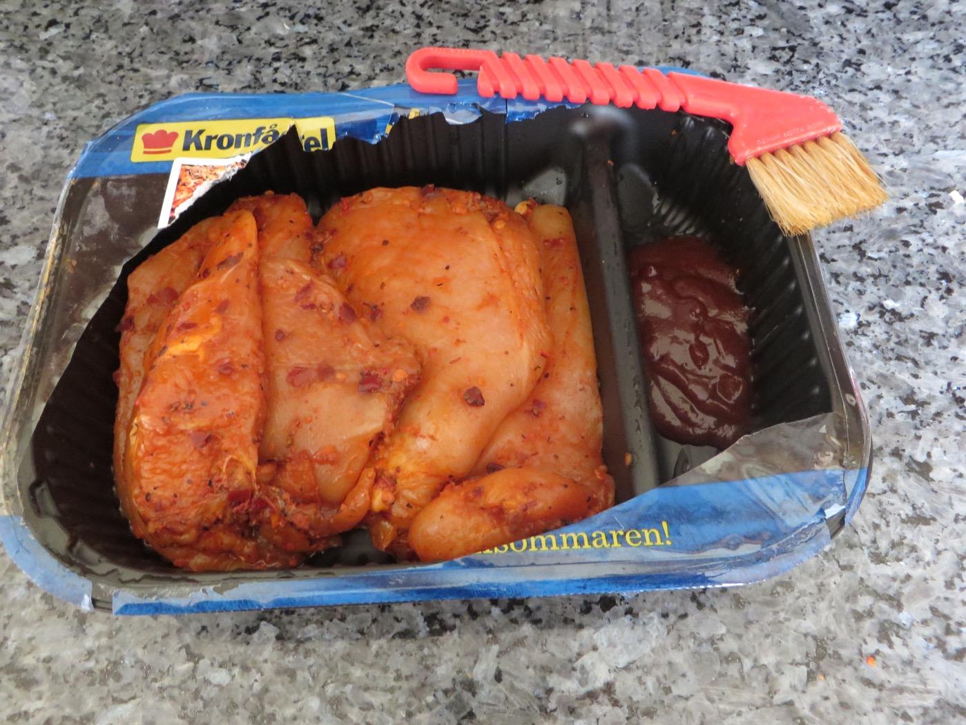 Marinerad kyckling i ena facket och glaze i andra facket.
