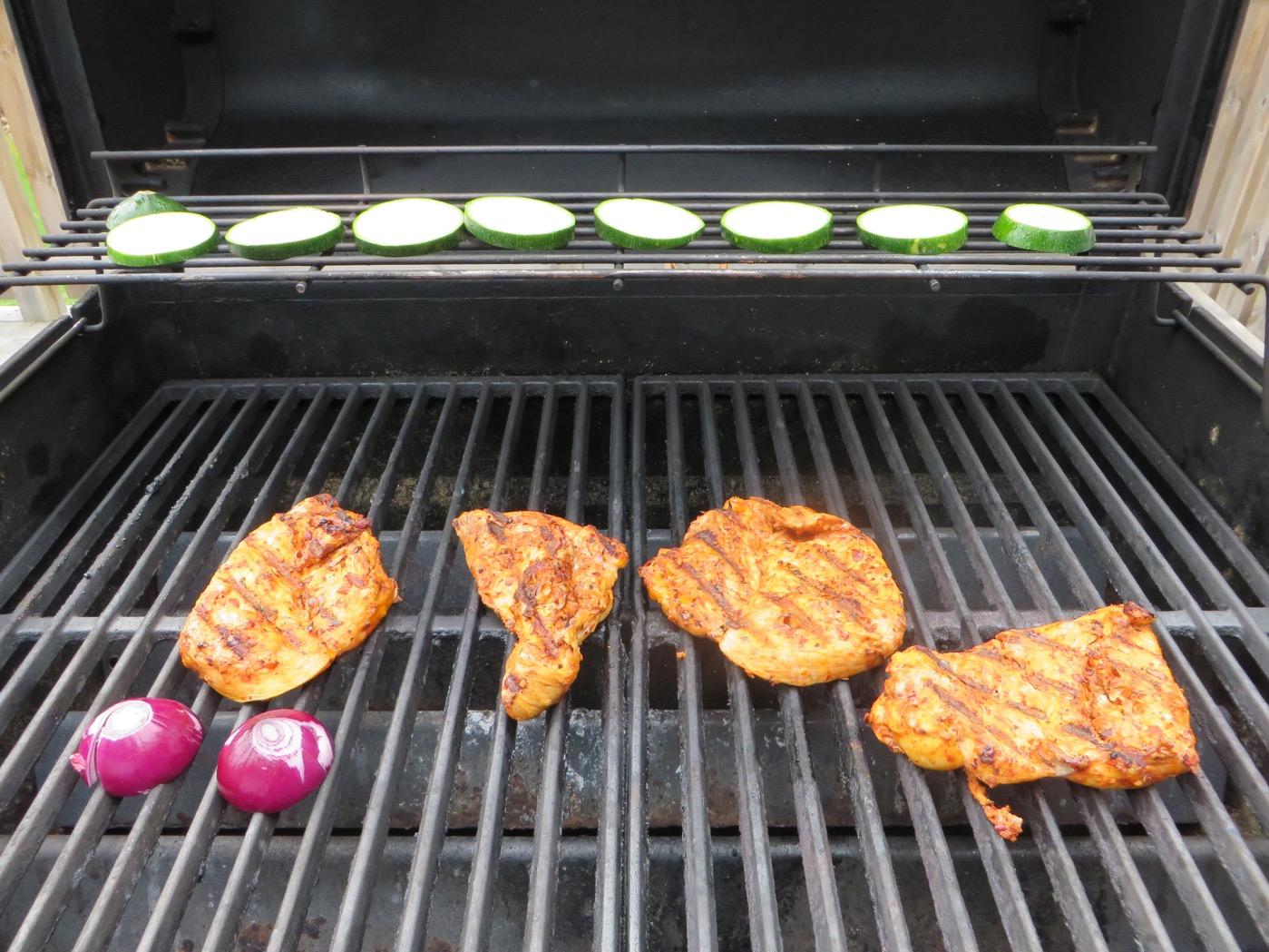 BBQ Chili Minutfilé, halverad rödlök och skivad squash.