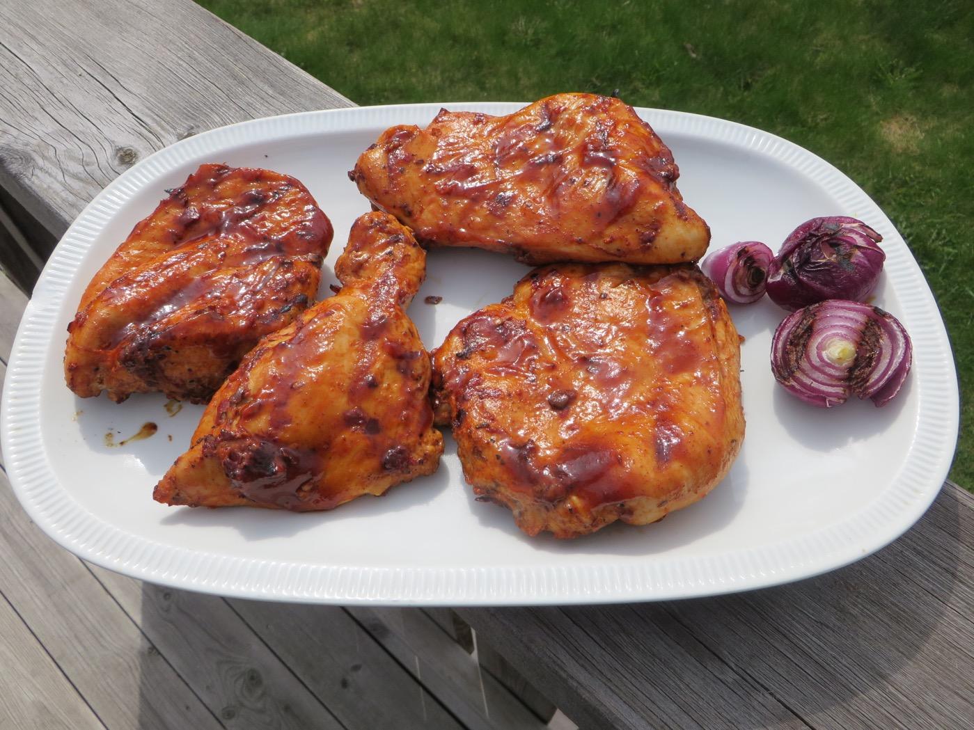 Färdiggrillad kyckling och rödlök.