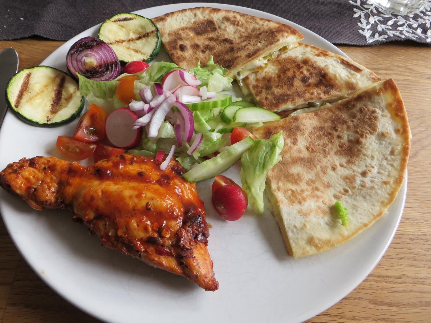Grillad kyckling, sallad och quesadillas.