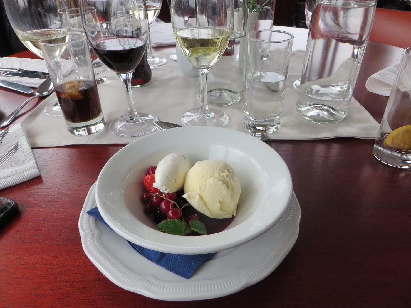 Efterrätten som var vaniljglass, grädde och svenska bär.