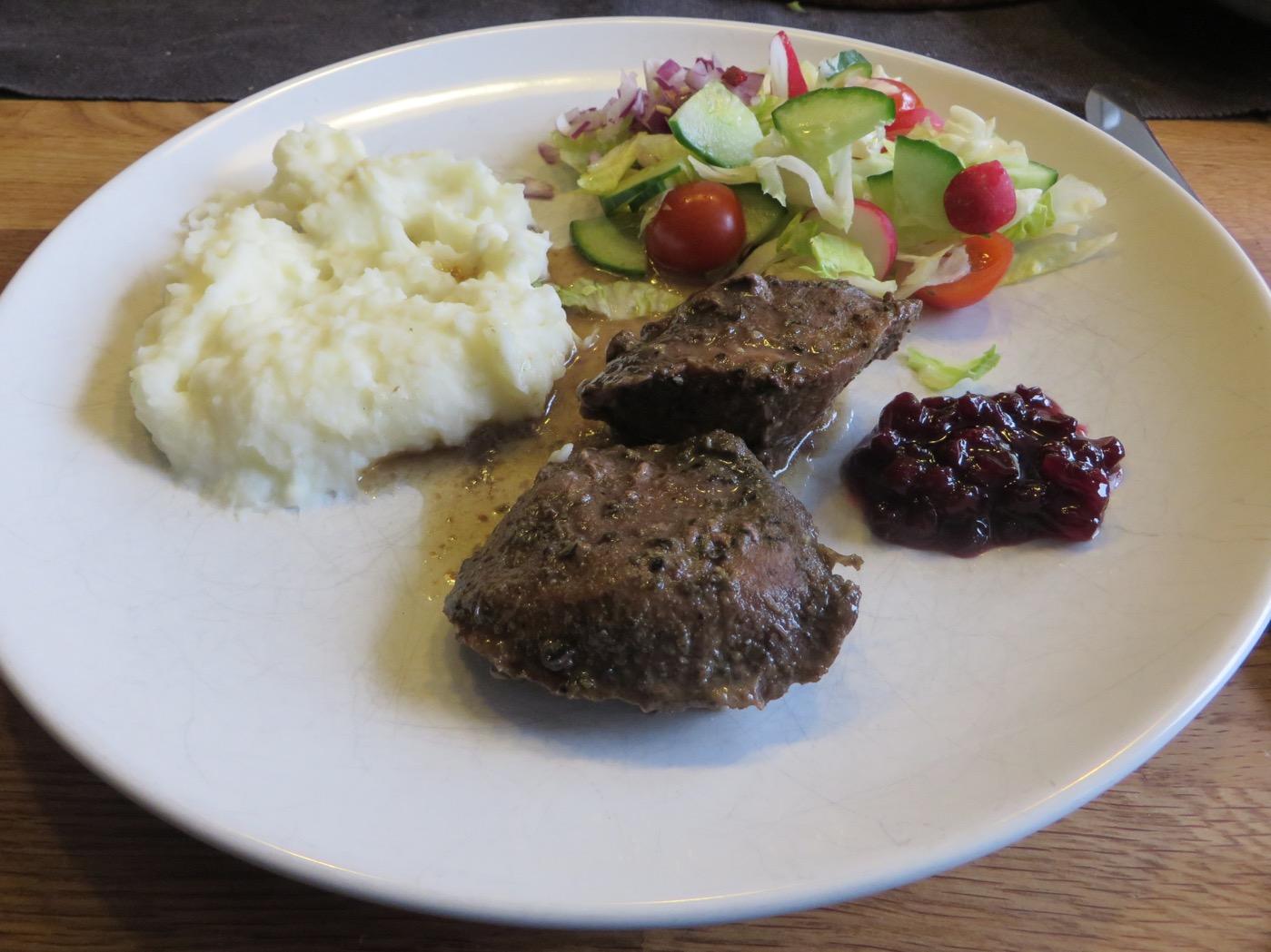 Långlagad griskind med potatismos, grönsaker och lingonsylt.