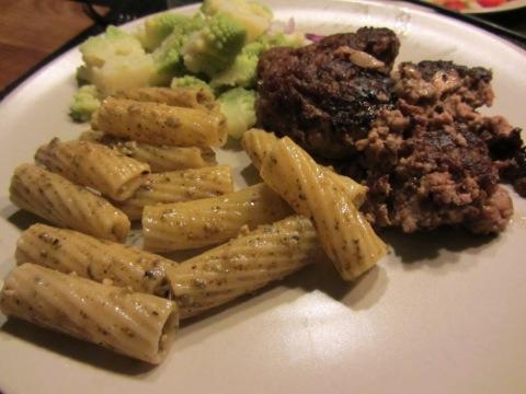 Köttfärsbiffar med pestopasta