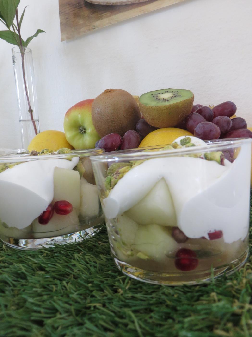 Fruktsallad med Alpro Soya Airy & Creamy.