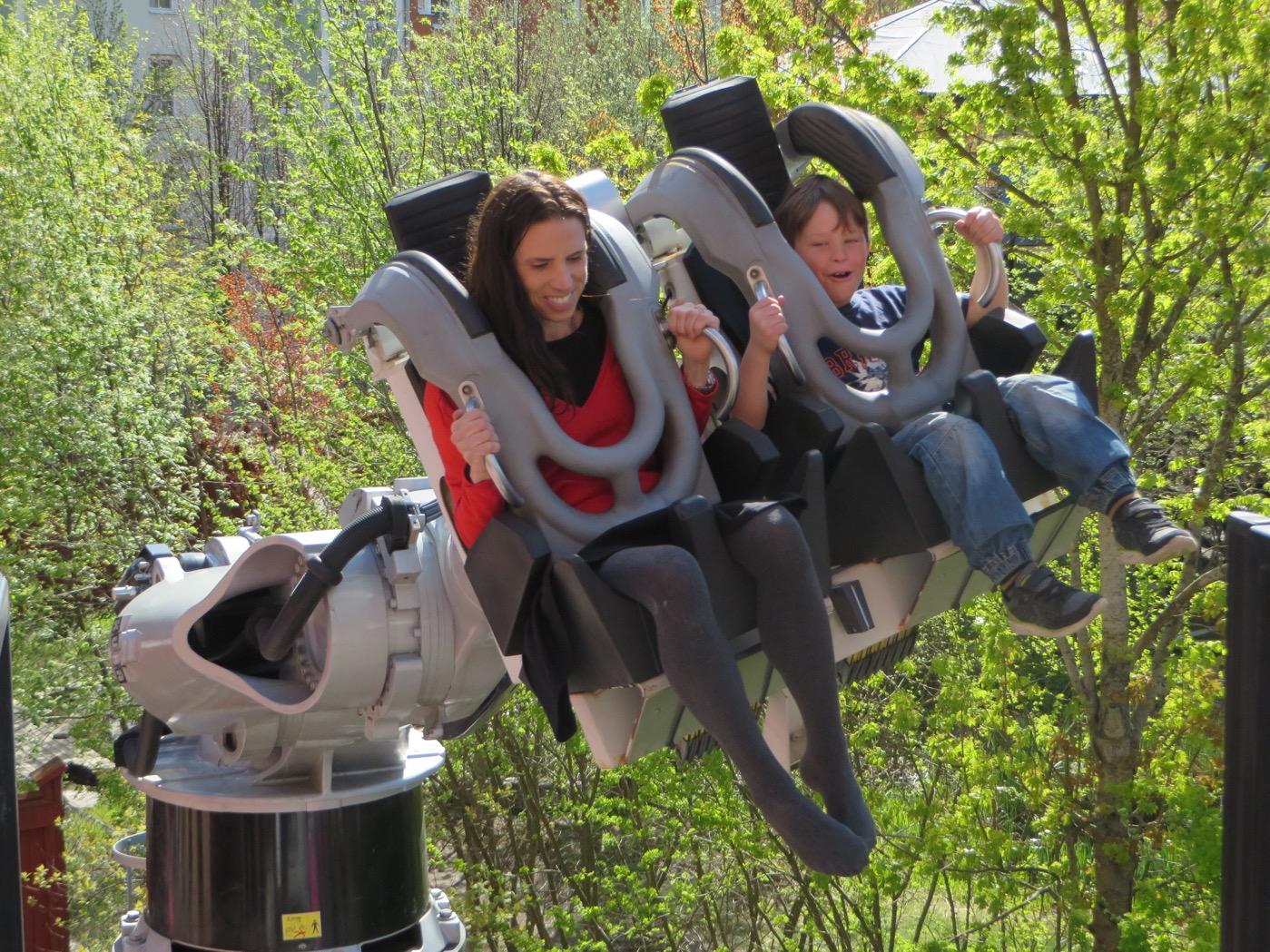 Jessica och Gustaf i Robocoaster.