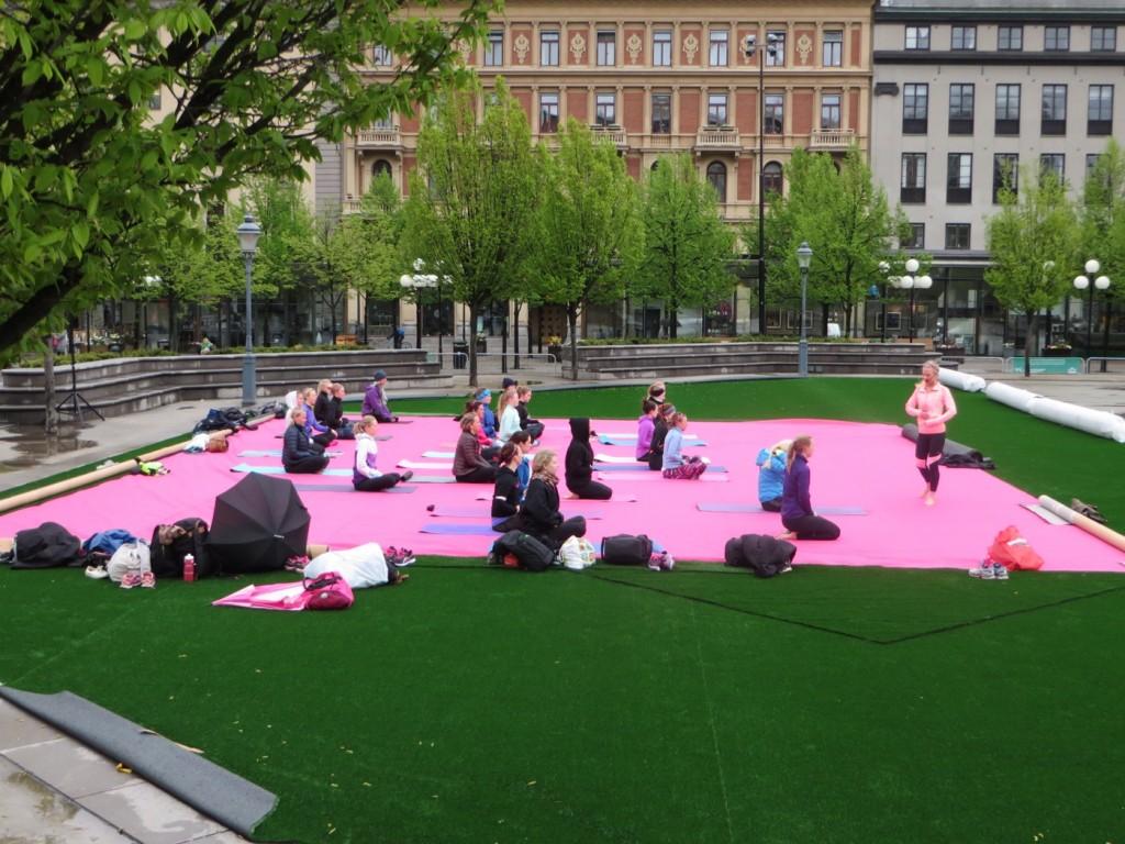Finn lugnet med yoga mitt i Kungsträdgården.