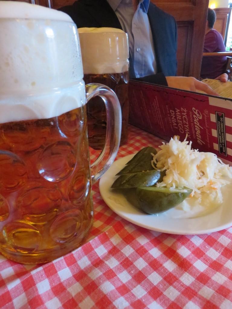 Öl, syrad vitkål och syrad gurka - perfekt kombo!