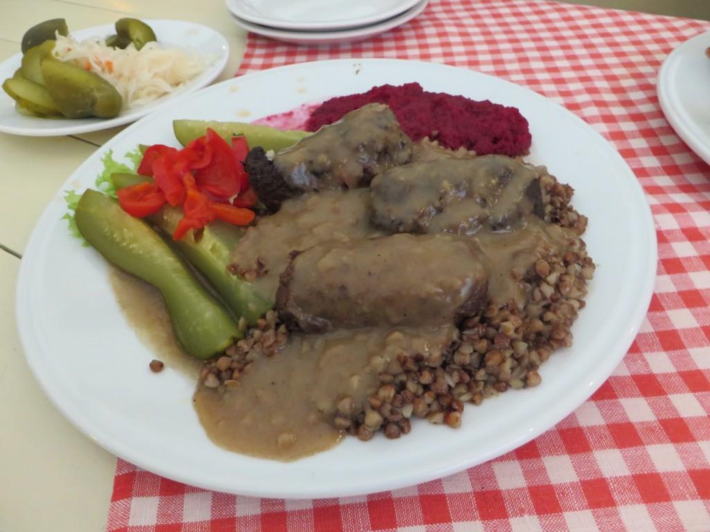 Fyllda köttfärsrullar med rödbetor, syrad gurka och gryn