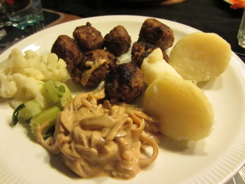 Underbara köttbullar med potatis, sås och grönsaker