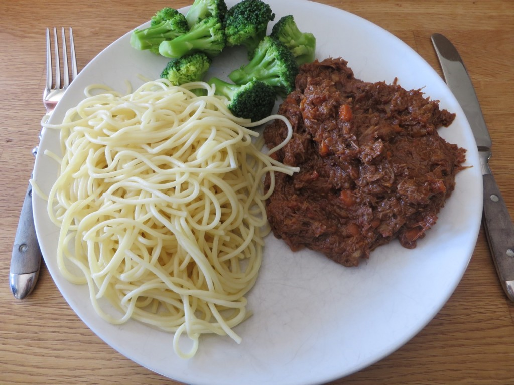 Långlagad bolognese med pasta och grönsaker