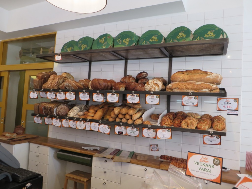 Underbart färskt bröd och bakverk från bageriet i Järna