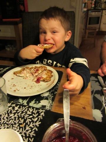 Gustaf äter sylt och glass och grädde med våffla :-)