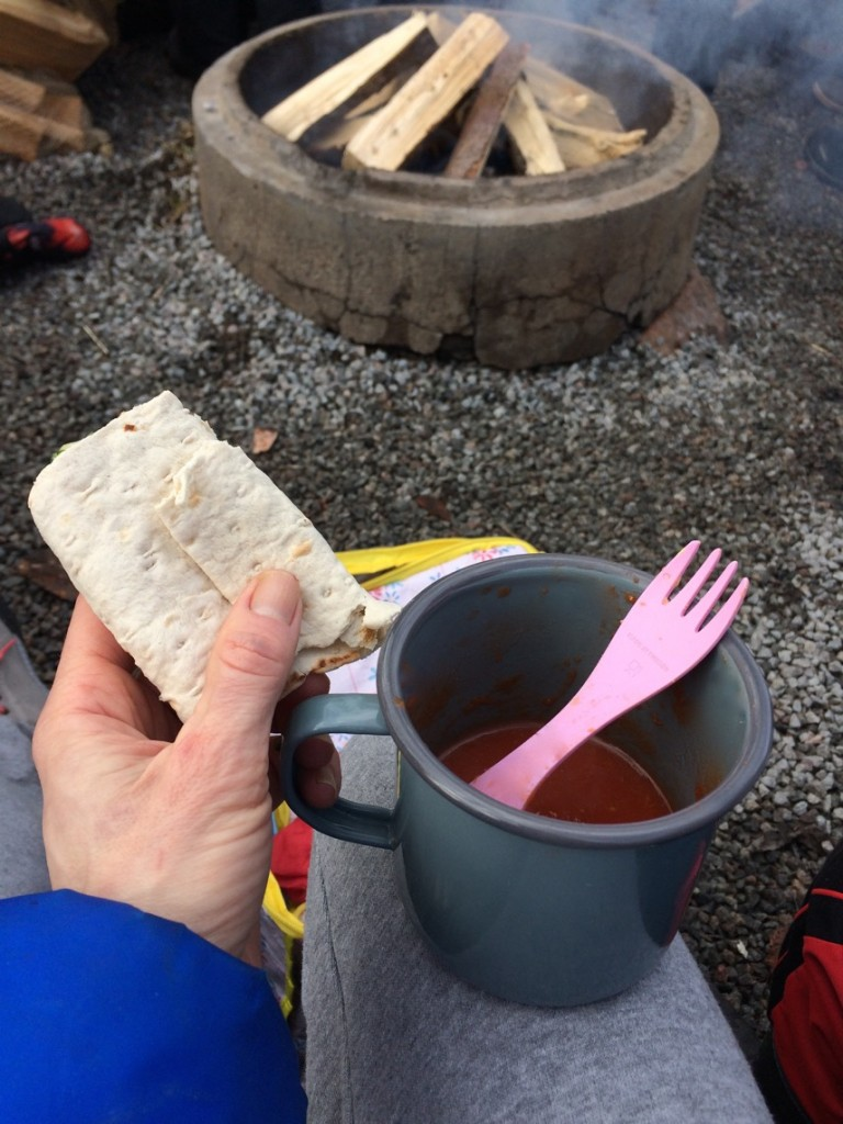 Soppa och tunnbrödrullar - perfekt utflyktsmat på vintern.
