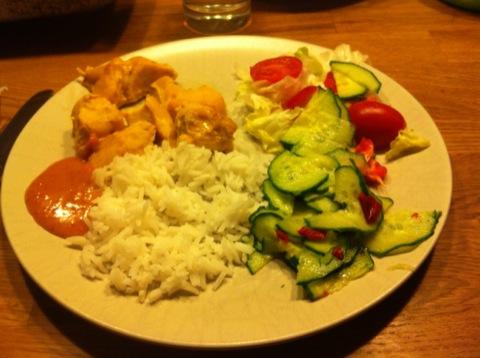 Chicken satay med jordnötssås, ris och gurksallad