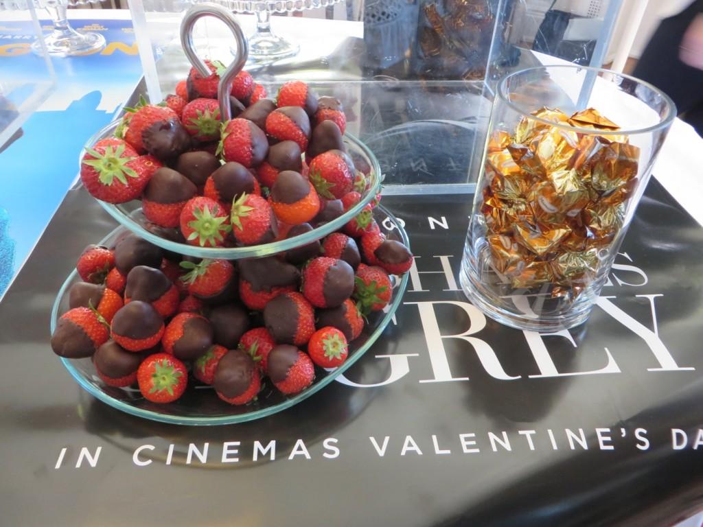 Chokladdoppade jordgubbar och choklad från Fifty Shades of Grey.