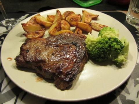 Kött med klyftpotatis och grönsaker - to die for!!!!!!