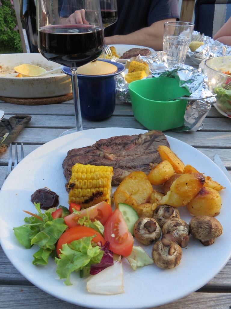 Entrecöte, rostad potatis, majs, svamp, sallad och såser och självklart ett glas rött!