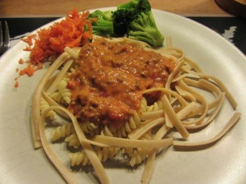 Bolognese, pasta och grönsaker