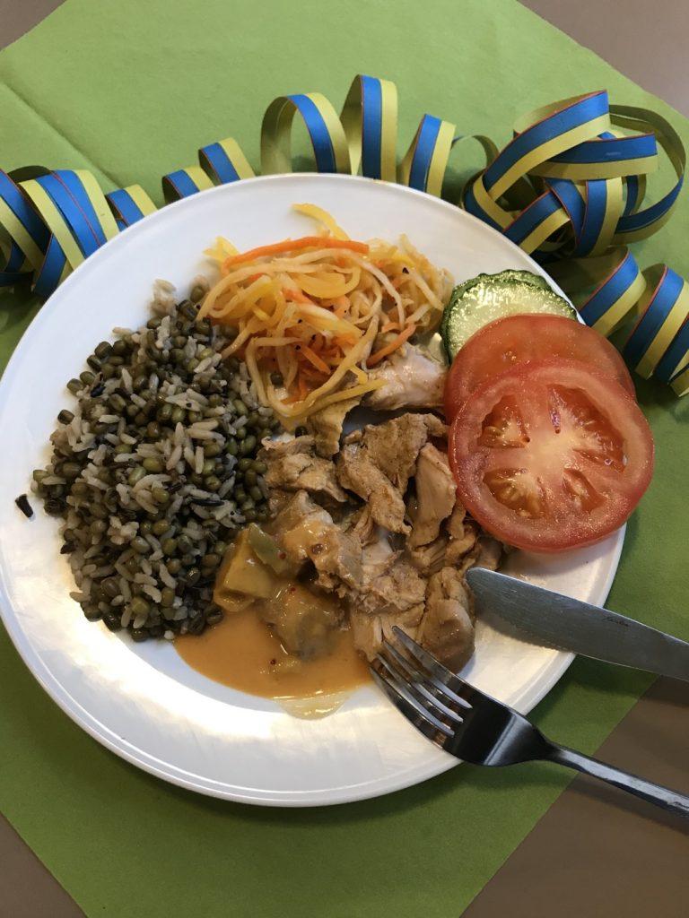 Pulled chicken, rårismix med mungbönor, smakrika rotfruktsnudlar och mango- och kokossås