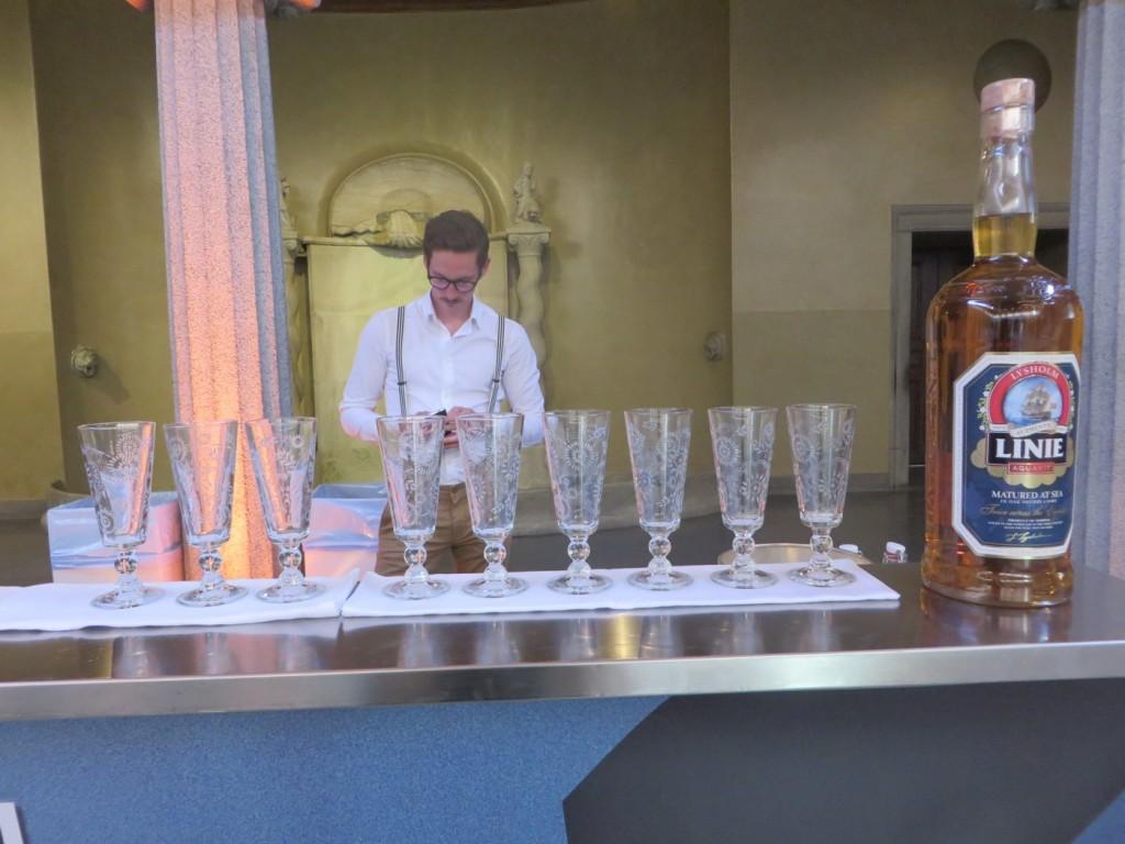 Den tyske finalisten i cocktailtävlingen förbereder sig.