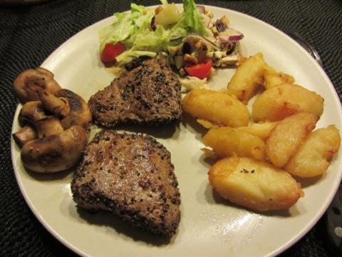 Kött, klyftisar, champinjoner, sallad och sen tillkom såserna