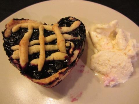 Blåbärspaj gjord i hjärtformade portionsformar och god glass till