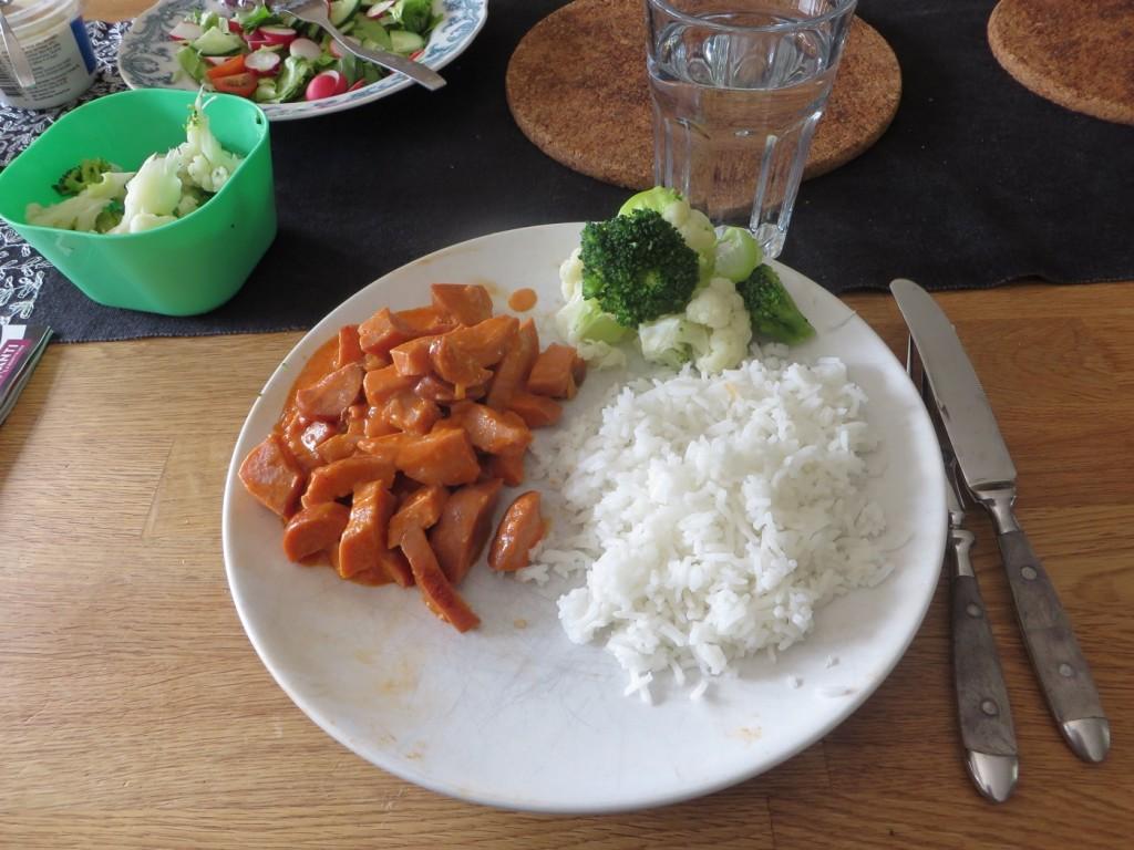 Korv Stroganoff med ris och grönsaker.