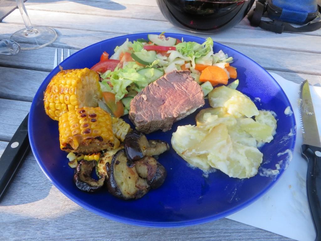 Helstekt oxfilé med gratäng, grönsaker, såser och bröd.
