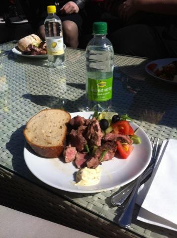 Den underbara maten intogs självklart ute i solen med utsikt mot Kungsträdgården