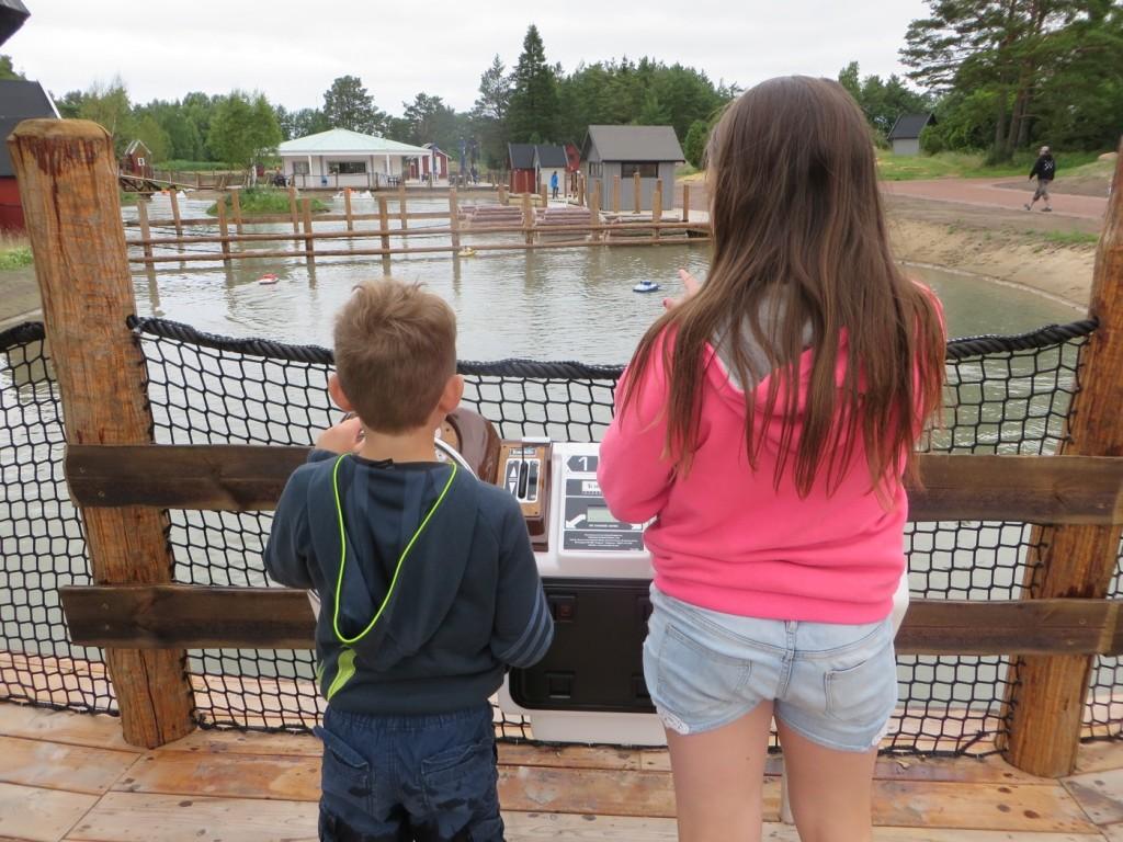 Gus och Filippa kör radiostyrda båtar.