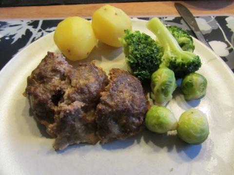 Mattias goda köttfärslimpa, potatis, grönsaker och sås (såsen lades på efter bilden togs)