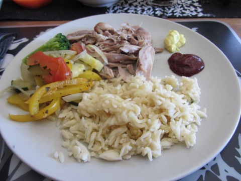 Kyckling, risoni och ugnsbakade medelhavsgrönsaker samt såser