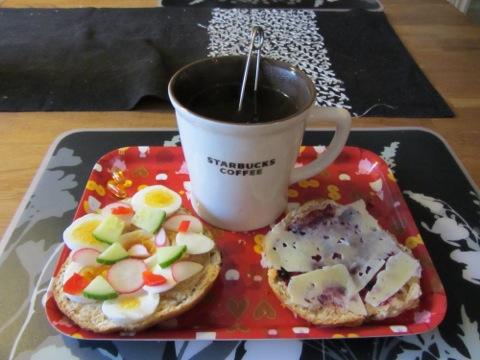 Morgonmys med scones och varmt te